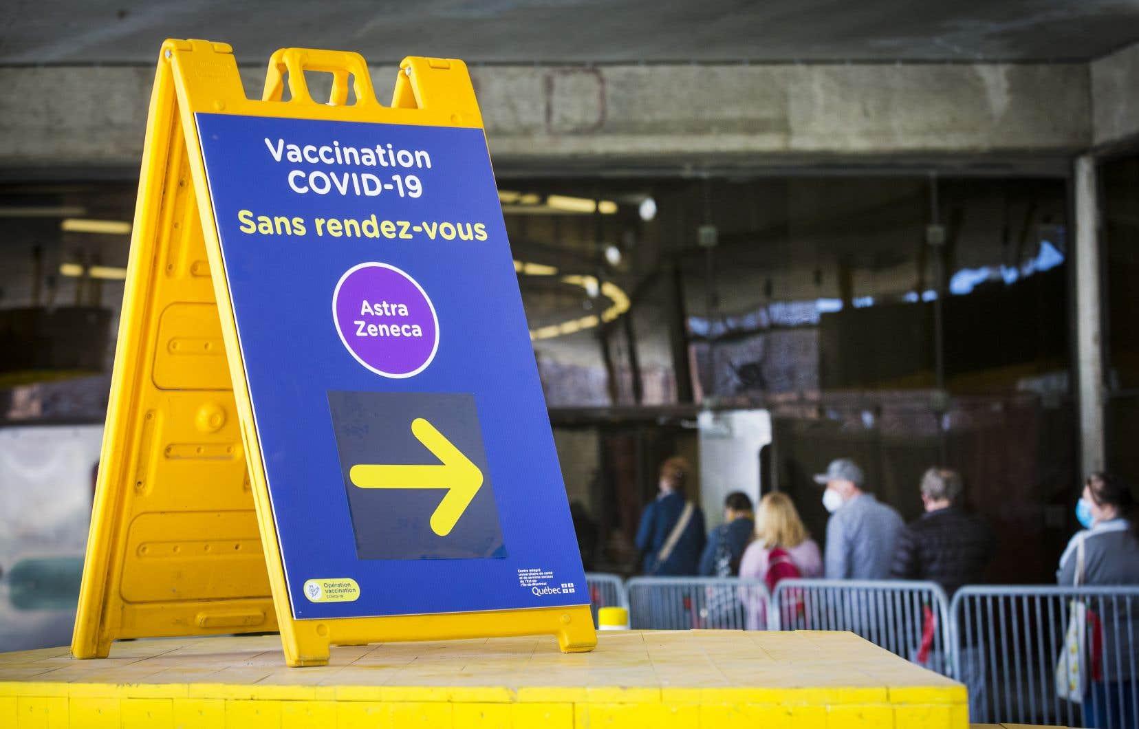 Le MSSS a aussi annoncé que les travailleurs de la santé devront prouver à leur employeur qu'ils ont été vaccinés contre la COVID-19 à la suite de l'adoption d'un arrêté ministériel.