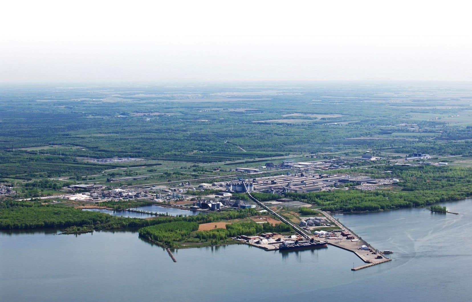Le sort de la petite ville de Bécancour est toujours étroitement lié à l'industrie. Que ce soit la centrale nucléaire de Gentilly forcée de fermer en 2012, le lockout de l'aluminerie ABI ou encore l'abandon du projet d'usine d'urée et de méthanol dans le parc industriel et portuaire de Bécancour, la ville et son port ont souvent été à la merci de la venue, du retrait, des menaces ou des départs de grandes industries.
