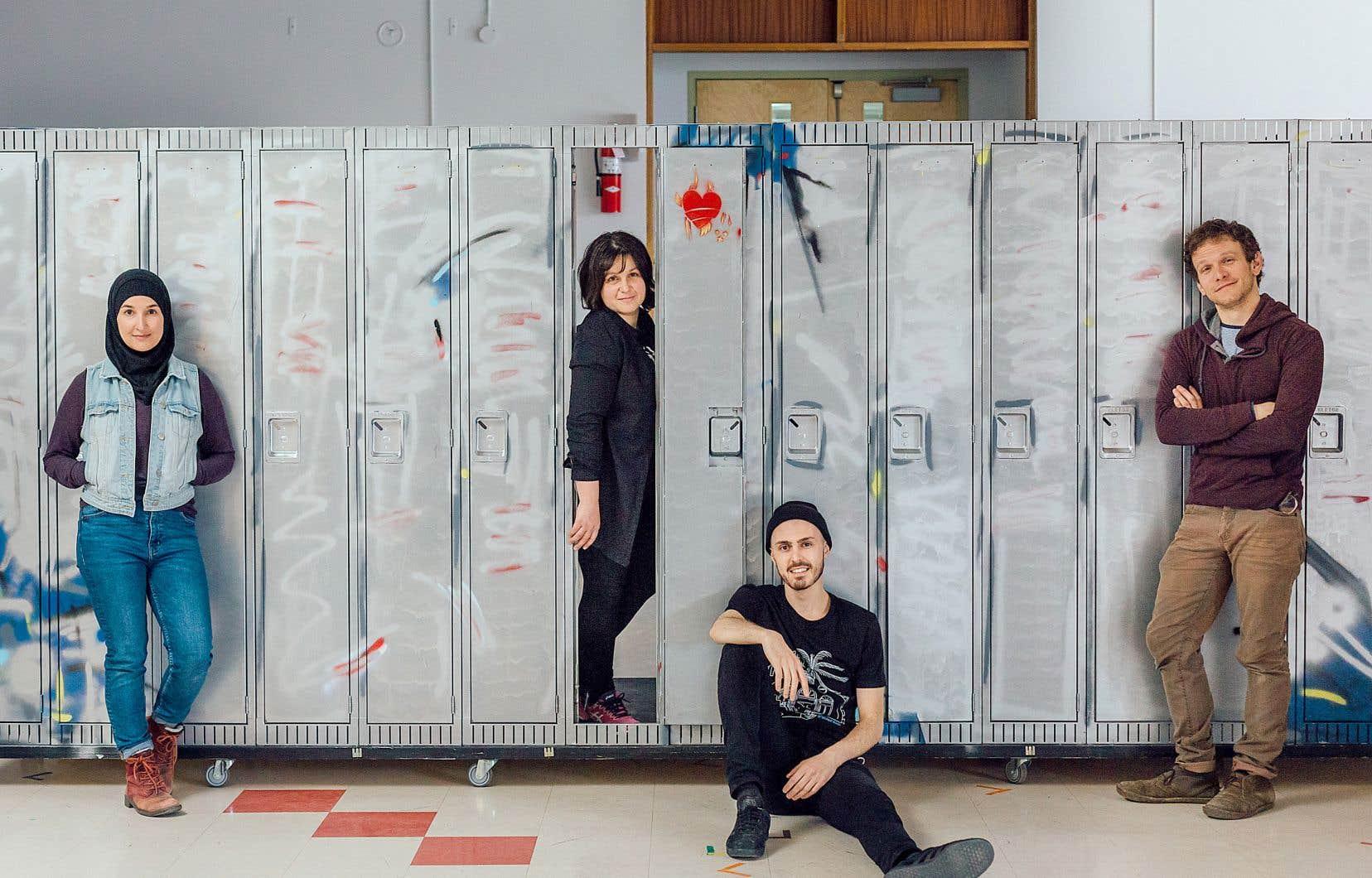Les comédiens (de gauche à droite) Sounia Balha, Ahmad Hamdan et Maxime Desjardins, et la dramaturge Talia Hallmona pour la pièce de théâtre «Olivier et Jamila»