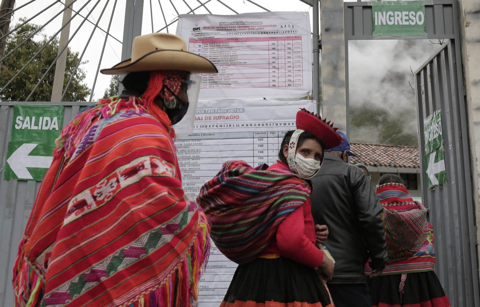 Le vote est obligatoire au Pérou sous peine d'amende. De nombreux Péruviens se sont rendus aux urnes à contrecœur, plus préoccupés par les chiffres alarmants de la pandémie, qui a déjà fait plus de 54000 morts pour 33millions d'habitants, que par l'élection.