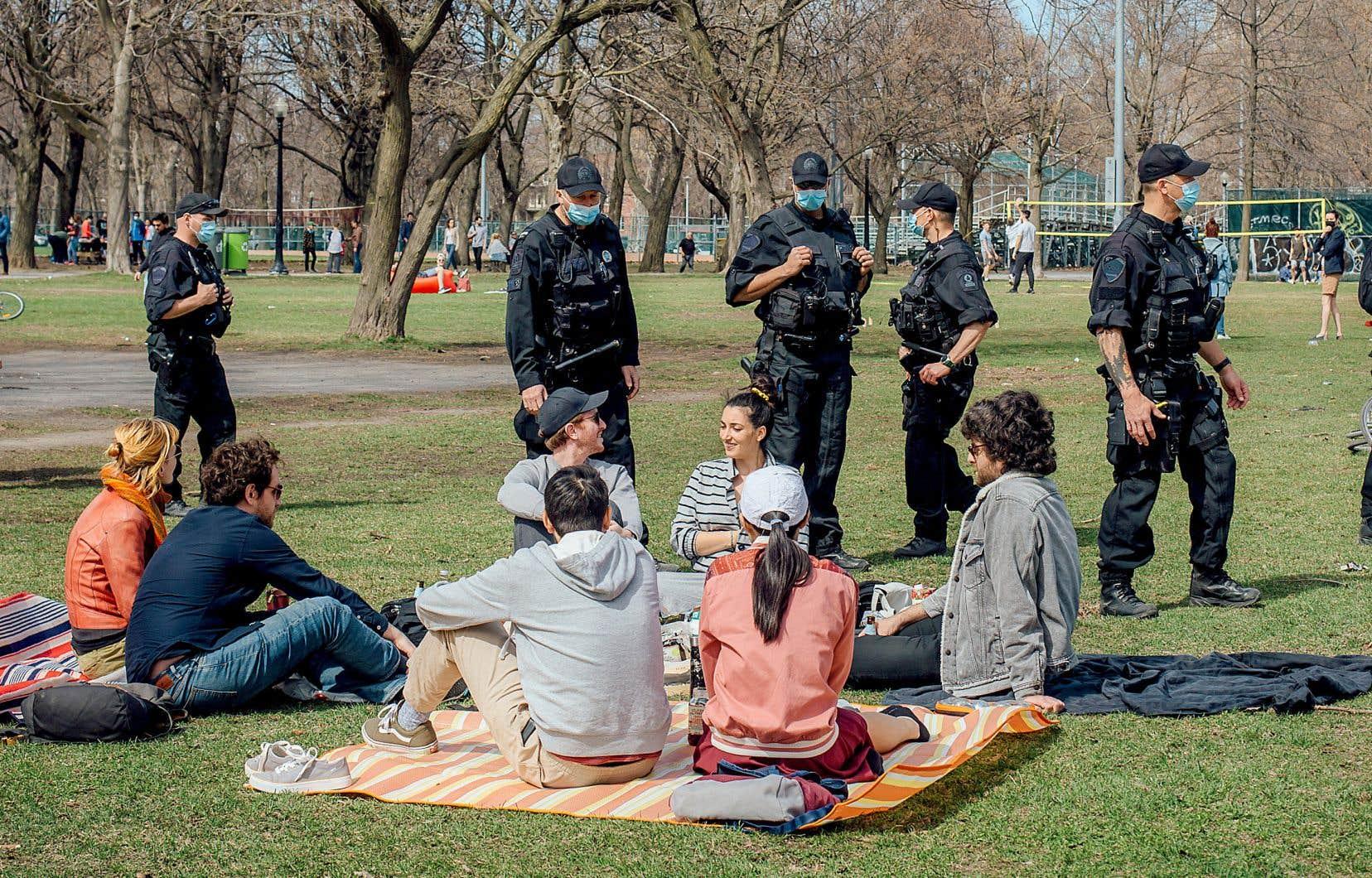 Ce dimanche, bon nombre de personnes croisées dans les principaux parcs respectaient une saine distance, a constaté <em>Le Devoir</em>. Sur la photo, un groupe au parc La Fontaine.