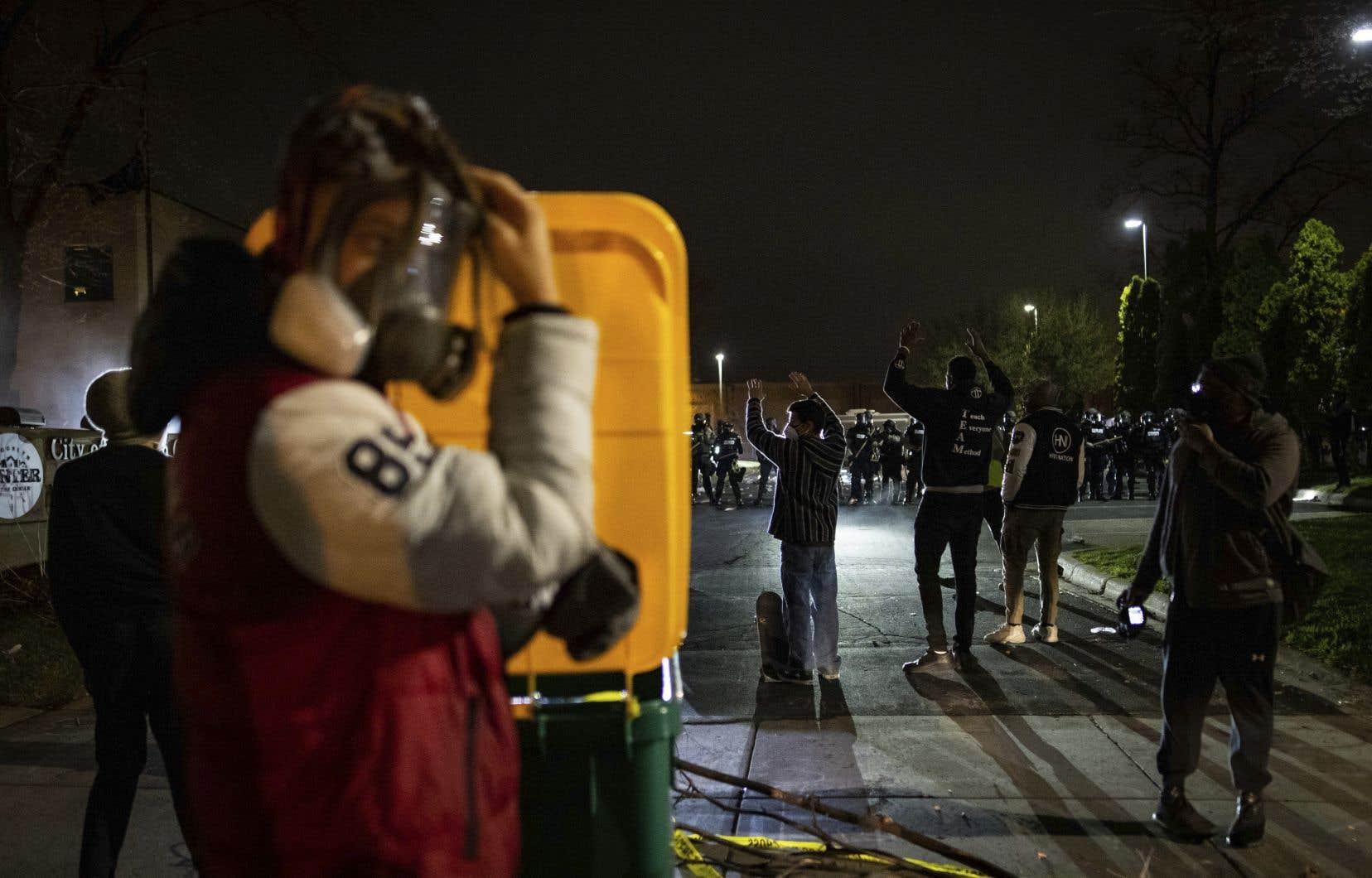 À Brooklyn Center, la police a fait usage de gaz lacrymogènes et grenades assourdissantes pour disperser la foule qui s'était rassemblée devant le poste de police.