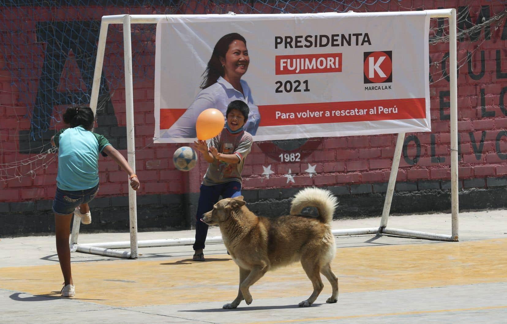 Keiko Fujimori, 45ans, fille aînée de l'ex-président Alberto Fujimori et héritière du fujimorisme, ce mélange de populisme autoritaire, de conservatisme sociétal et de libéralisme économique, a passé la moitié de sa vie en politique.