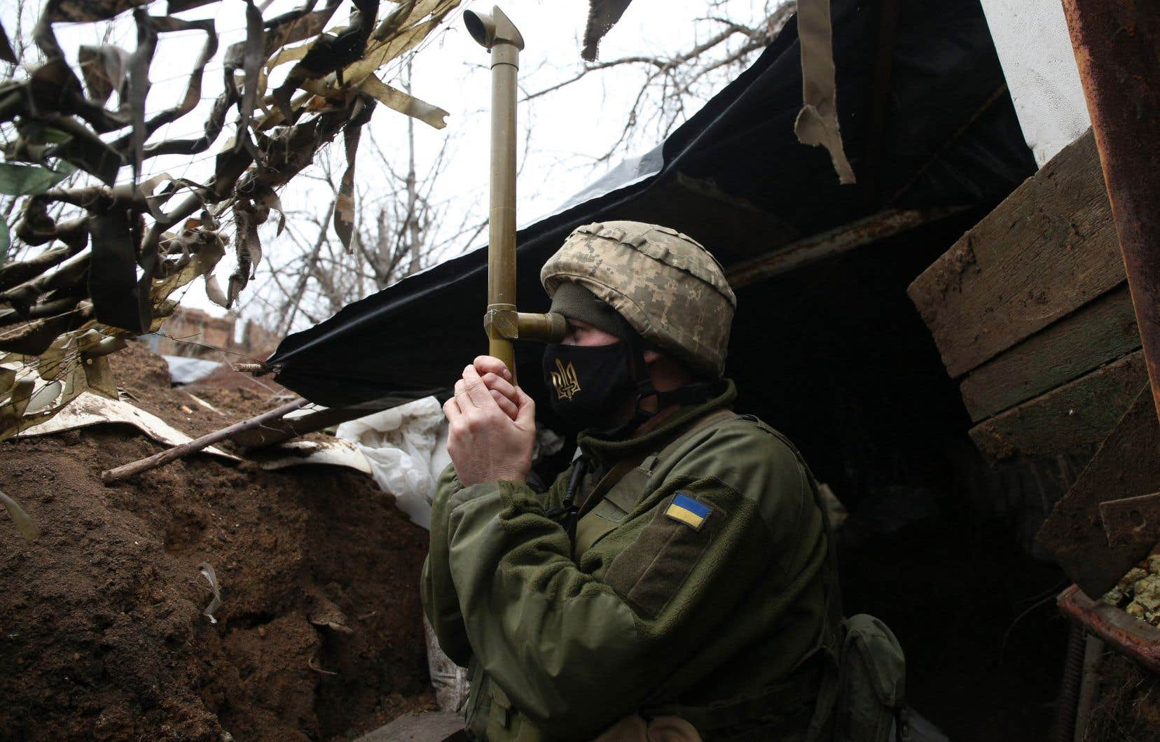 Un militaire ukrainien monte la garde près de la ville de Marinka dans la région de Donetsk, le 12 avril 2021.