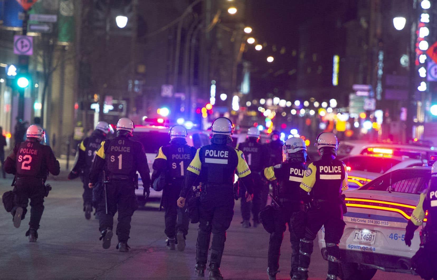 Les forces policières du SPVM étaient bien visibles au centre-ville de Montréal à l'approche du couvre-feu.