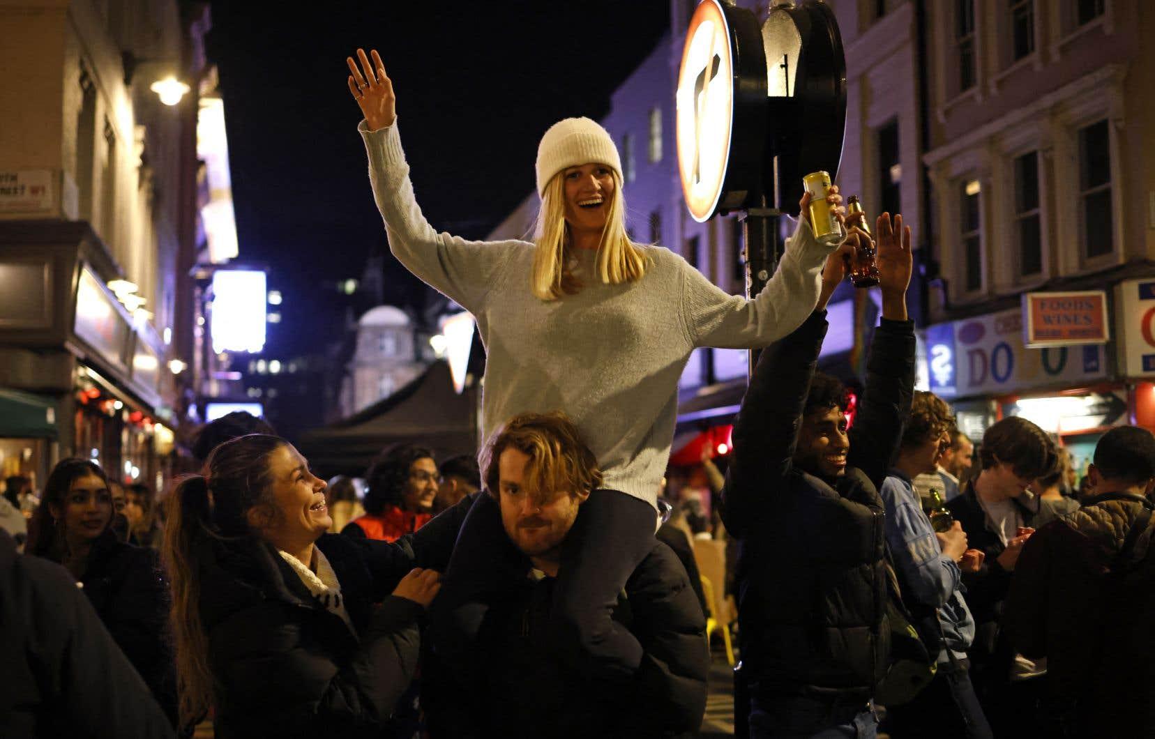Plusieurs personnes fêtent dans les rues de Londres, alors que les consignes sanitaires mises en place pour combattre le coronavirus ont été assouplies.