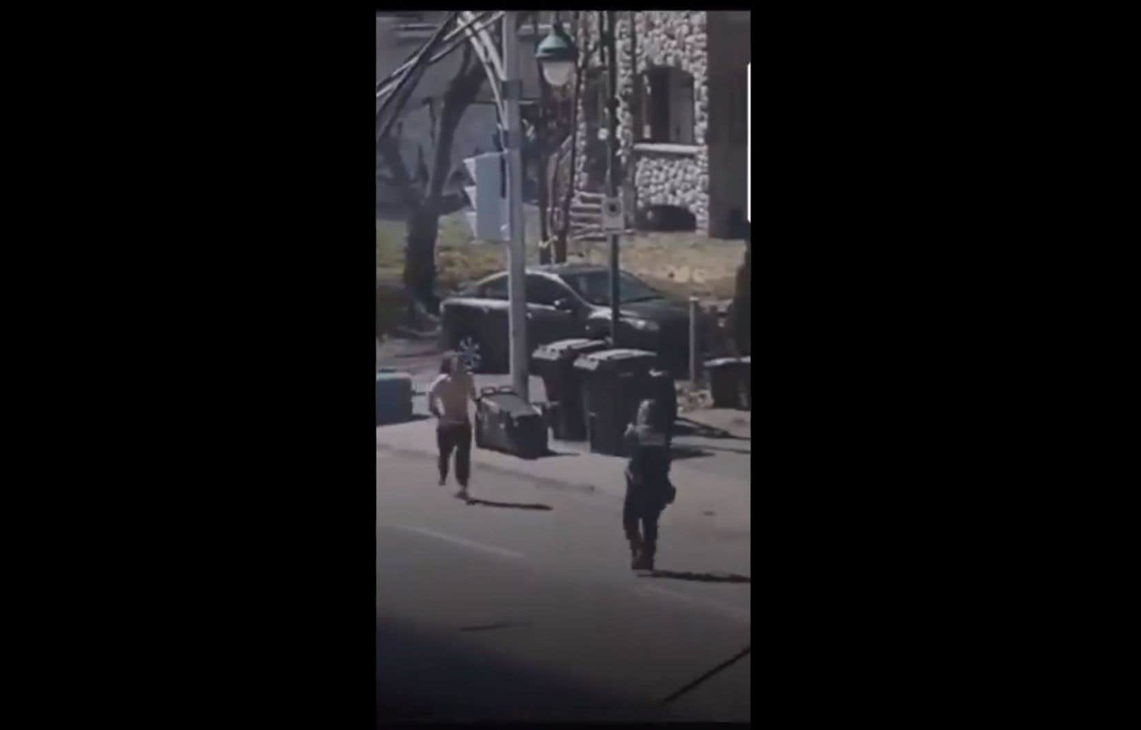 Selon la police de Longueuil, l'individu, «armé d'un objet qu'il avait dans ses mains», aurait foncé vers une policière qui aurait alors ouvert le feu après s'être sentie menacée.