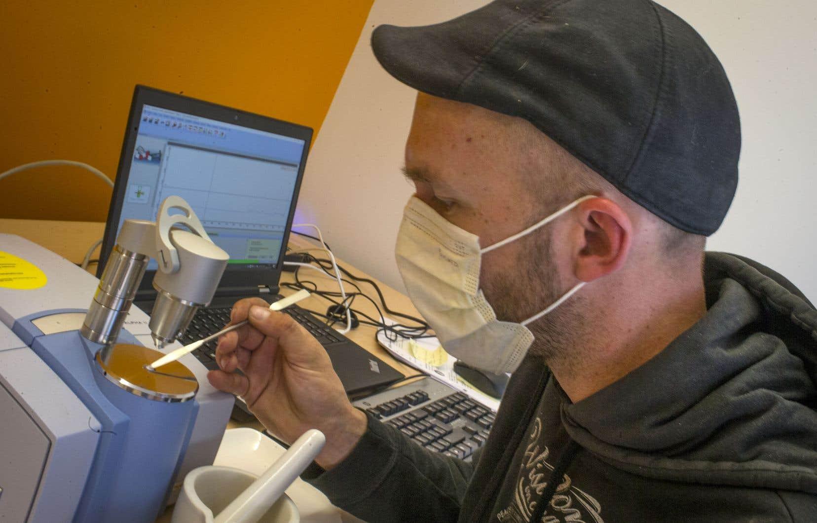 Le d.g. de Cactus, Jean-François Mary, simule une analyse rapide de drogue en attendant d'avoir les exemptions qui lui permettront d'aller de l'avant avec le projet.