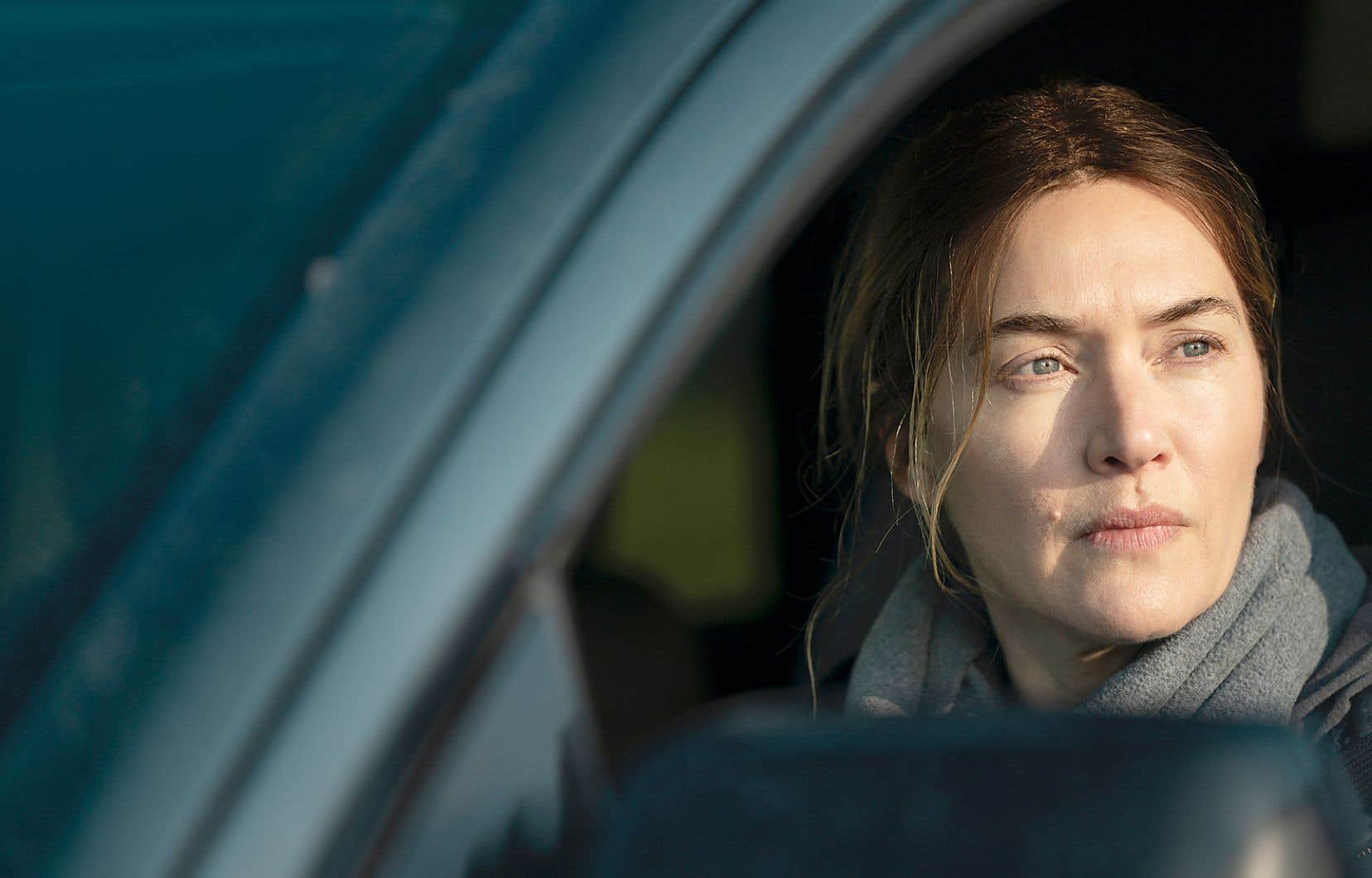 Grâce au brio de Kate Winslet dans le rôle de Mare, cette héroïne imparfaite, souvent impitoyable envers les autres et elle-même, s'avère d'une grande crédibilité.
