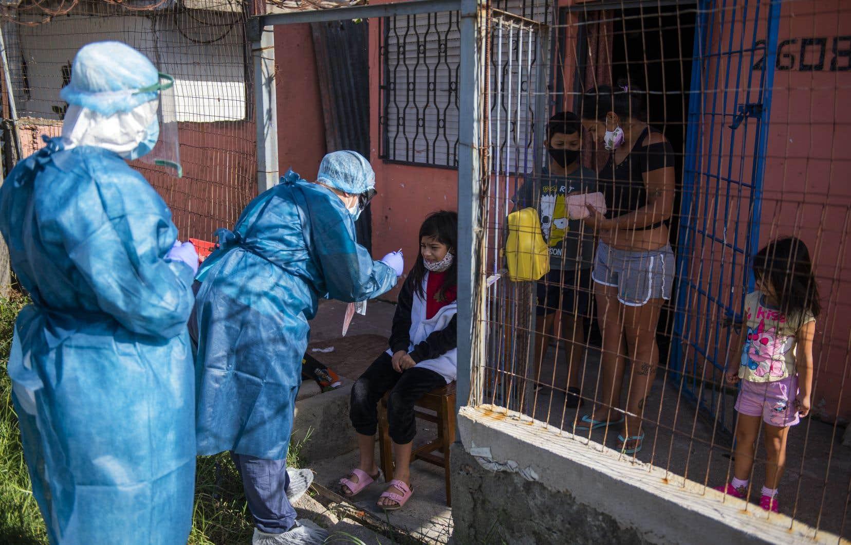Selon le décompte de l'AFP établi sur la base de chiffres officiels, au cours des 14 derniers jours, l'Uruguay a enregistré près de 1370 cas pour 100000 habitants, le plus haut taux dans le monde pour cette période.