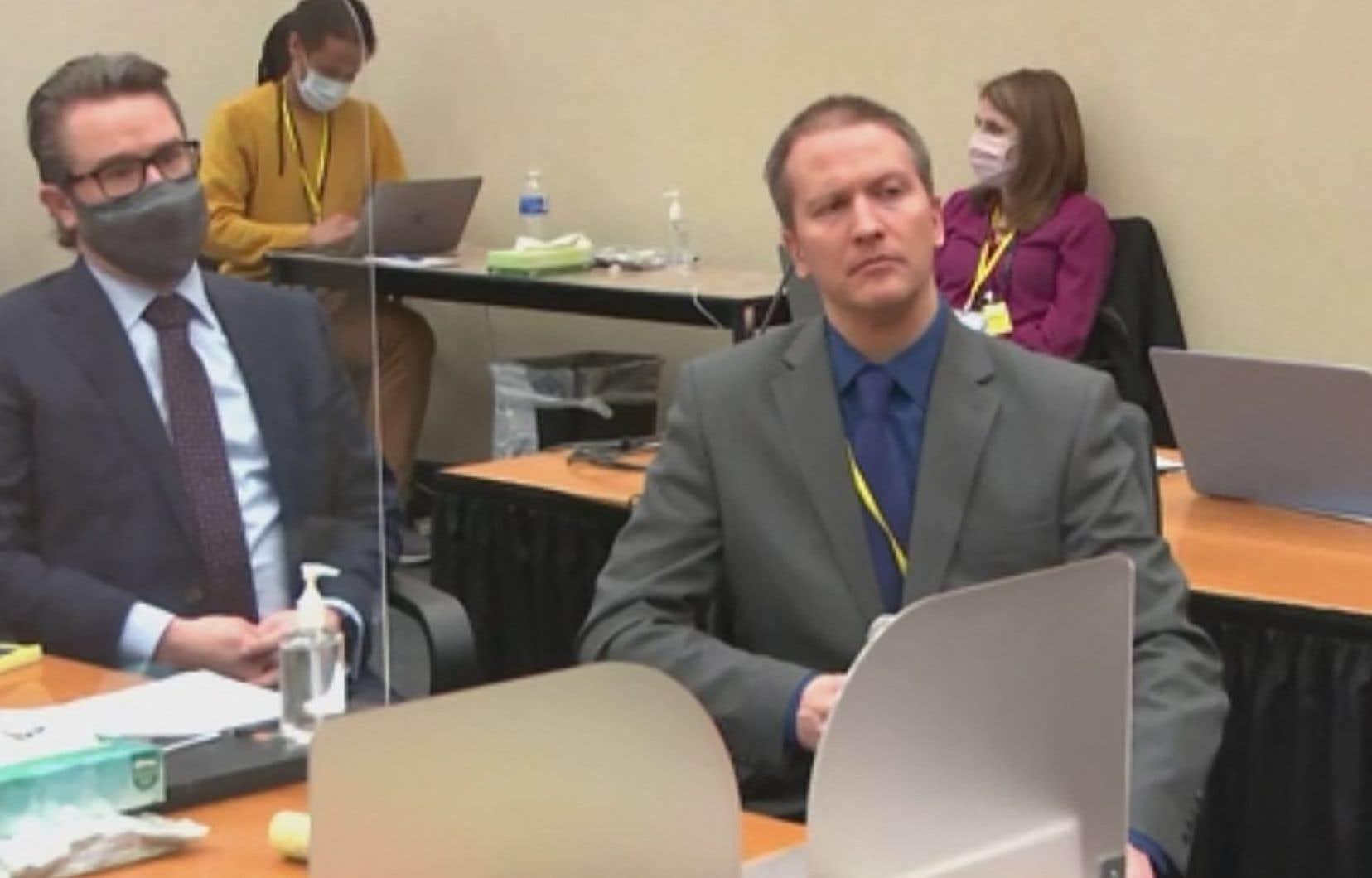Cette capture d'écran montre l'ancien policier de Minneapolis Derek Chauvin (à droite), accusé d'avoir tué George Floyd, s'adressant au tribunal le 15 avril 2021.