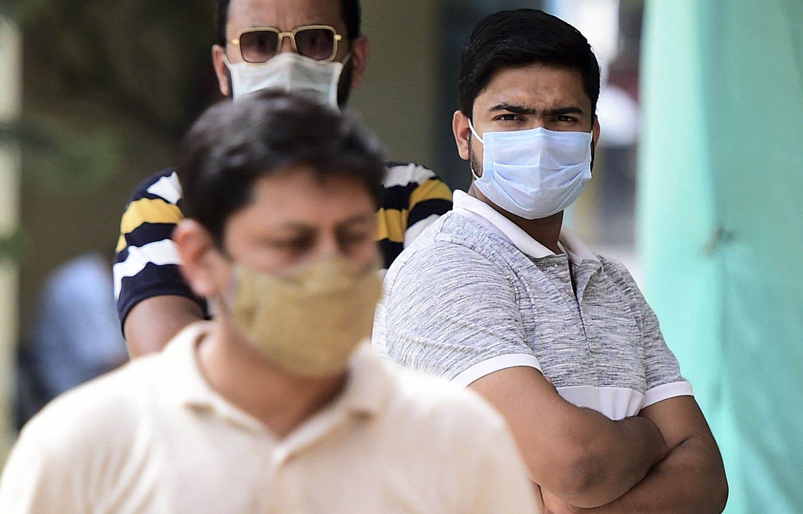 Des gens font la queue pour se faire tester pour la COVID-19 à Allahabad, en Inde, le 15 avril 2021.
