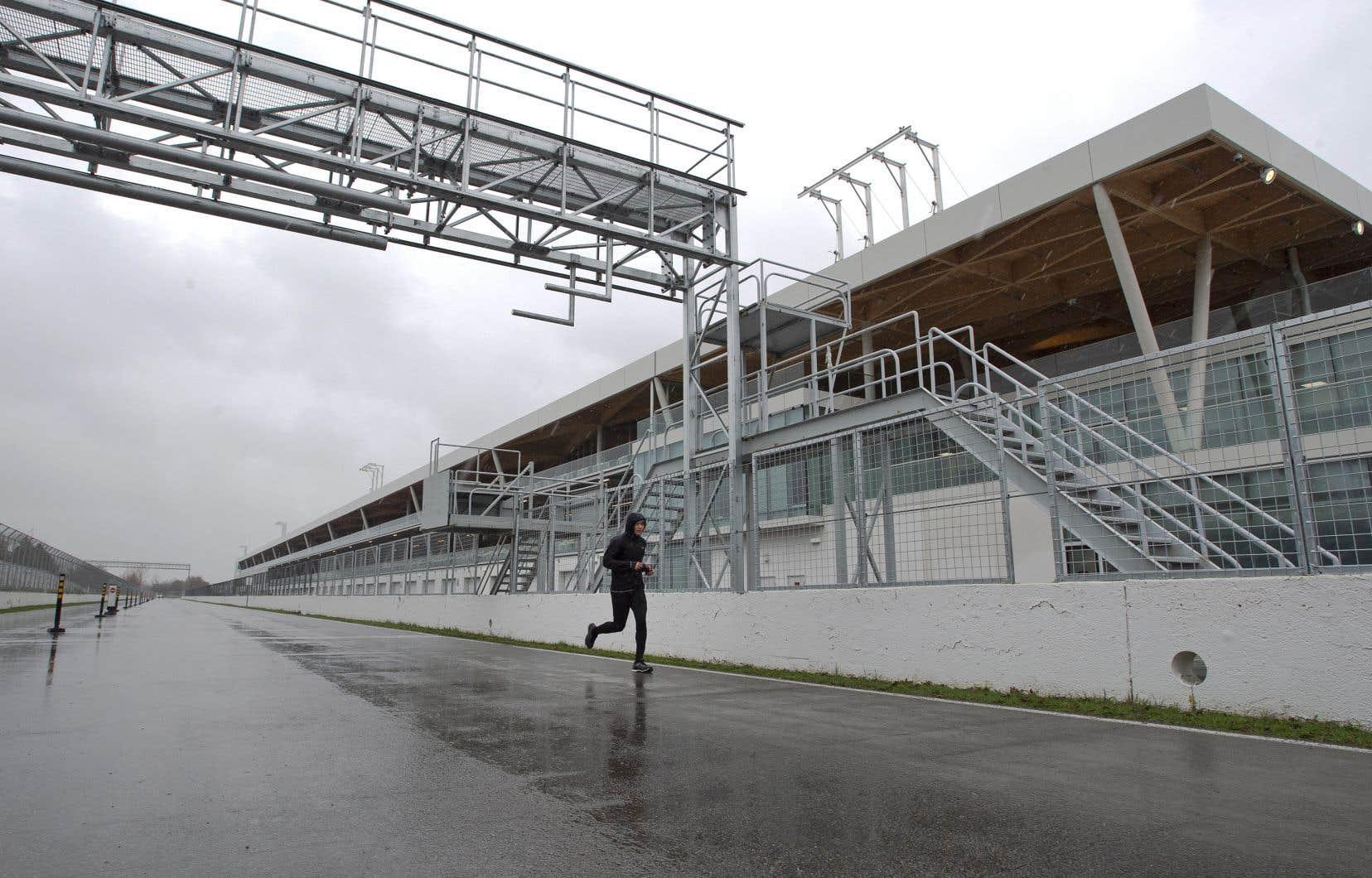 Bien que la F1 entende tenir le Grand Prix du Canada à huis clos, la Santé publique de Montréal s'inquiète de la perspective de regrouper 2500 personnes sur le circuit Gilles-Villeneuve. Sur la photo, un joggeur sur la piste de course automobile.