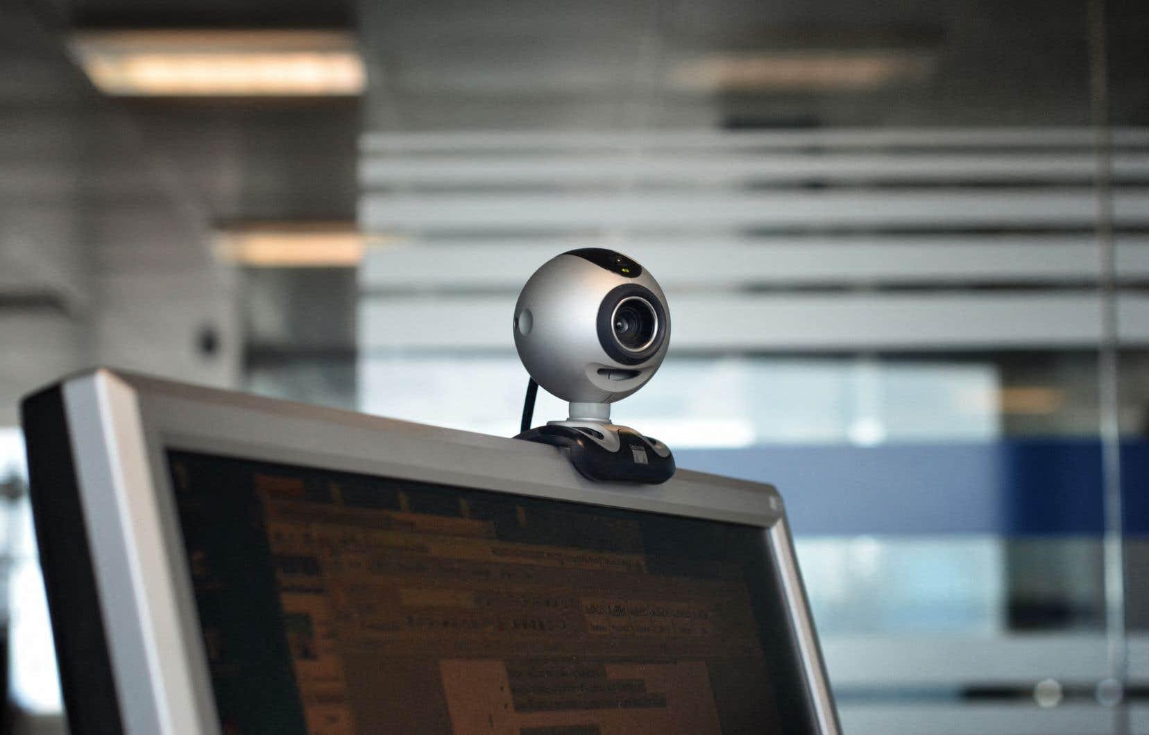 En pleine période de questions à la Chambre des communes mercredi, le député de Pontiac, William Amos, est apparu en tenu d'Adam à l'écran, ignorant visiblement que la caméra de son ordinateur était activée.
