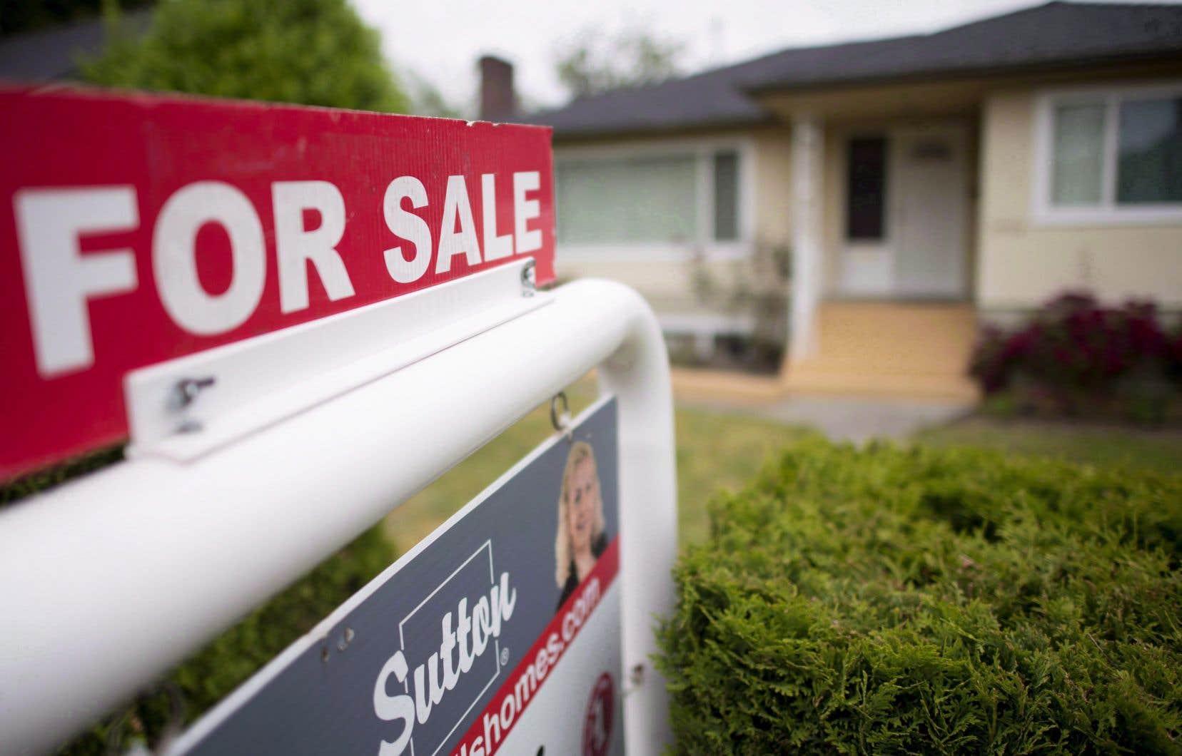 Alors que les marchés de Toronto et Vancouver ressentent depuis longtemps une certaine surchauffe, les régions suburbaines et rurales ont vu les propriétés devenir plus chères, car de nombreux Canadiens ont été autorisés à travailler à la maison.