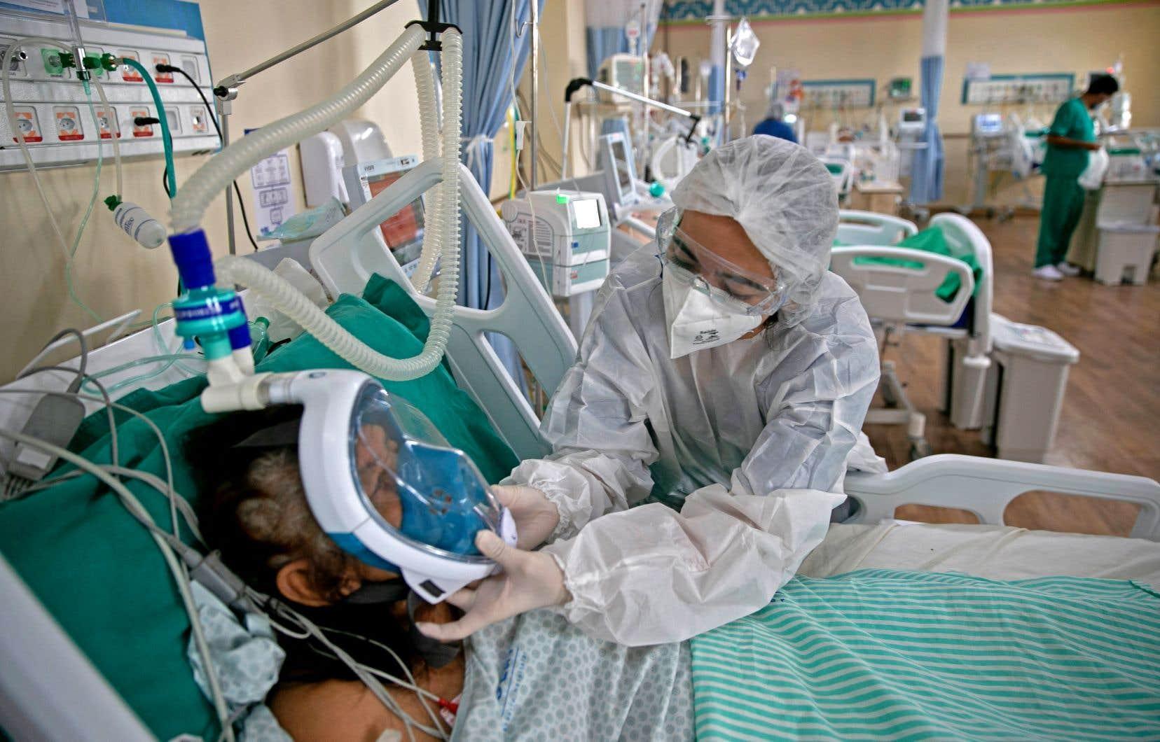 Le Brésil est confronté à une nouvelle vague de pandémie de COVID-19 hors de contrôle avec une envolée depuis février des contaminations et des morts.