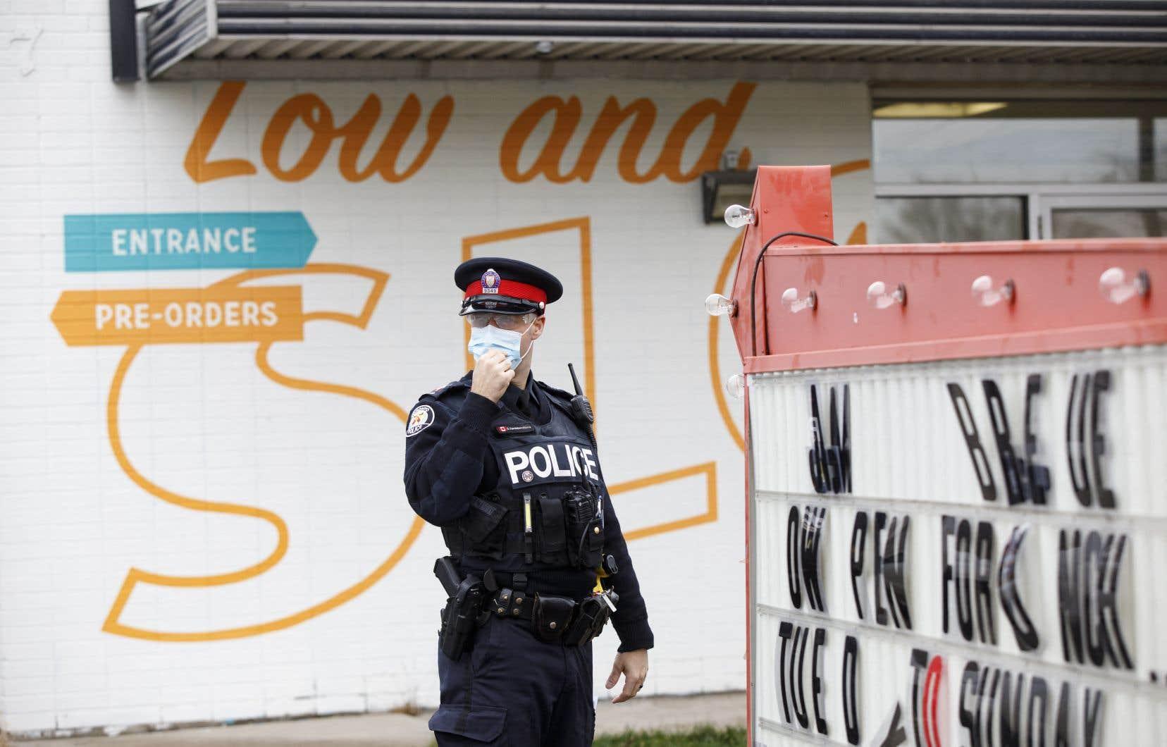 <p>Les policiers n'auront pas le droit d'arrêter les piétons ou les conducteurs pour leur demander pourquoi ils sont à l'extérieur ou encore pour leur demander leur adresse.</p>