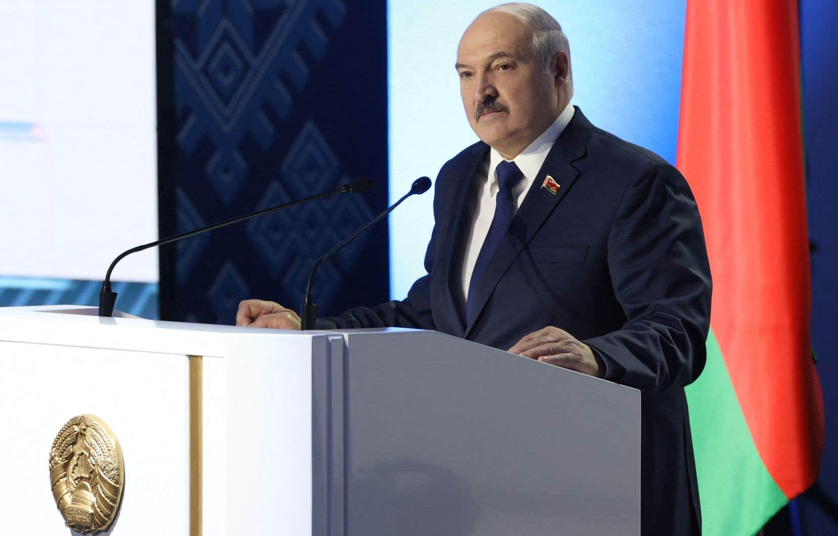 «Nous avons détenu le groupe, ils nous ont montré comment ils avaient tout planifié, je suis resté silencieux. Ensuite, nous avons découvert le travail de services de renseignement clairement étrangers, très probablement la CIA, le FBI», a assuré M.Loukachenko dans une vidéo diffusée par la présidence.