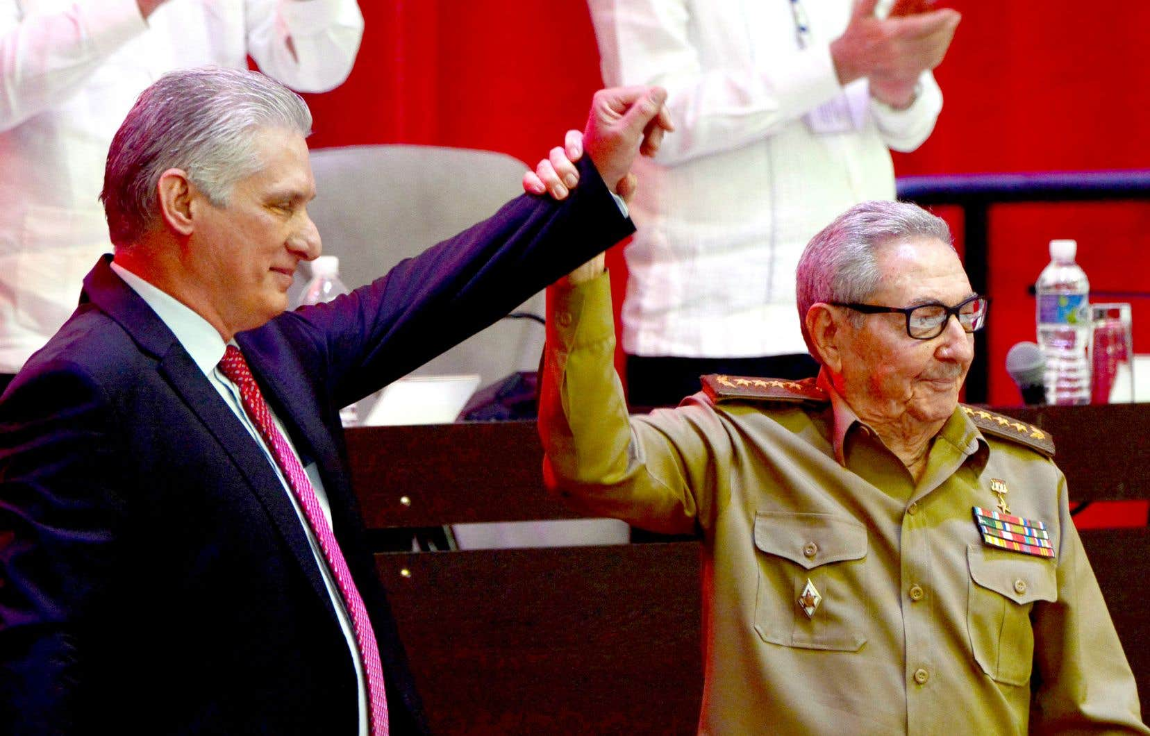 Miguel Diaz-Canel (à gauche) a été élu, lundi, au poste de premier secrétaire du parti par les délégués de la formation politique en remplacement de Raul Castro.