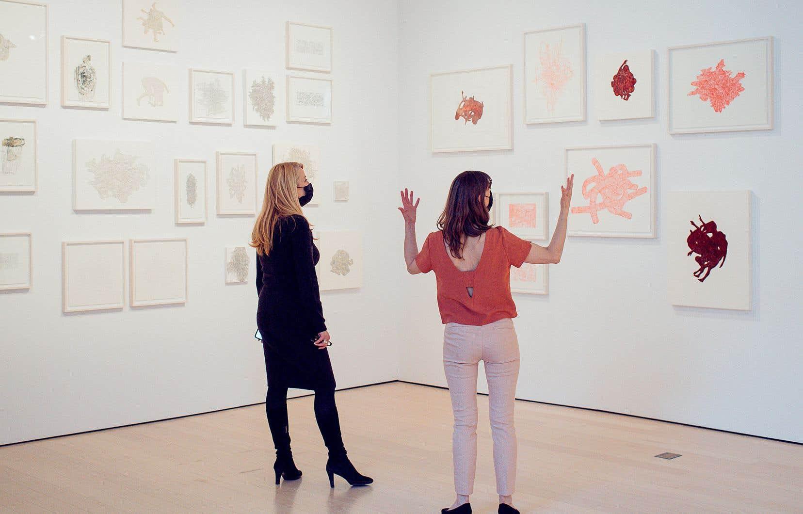 La très grande majorité des œuvres de Julie Ouellet (à droite) se déploie en noir et blanc. «La couleur me dérange», confie simplement l'artiste, qui dit s'être assurée que les toiles qui comptaient un peu de couleur, du rouge notamment, seraient regroupées au même endroit dans la galerie.