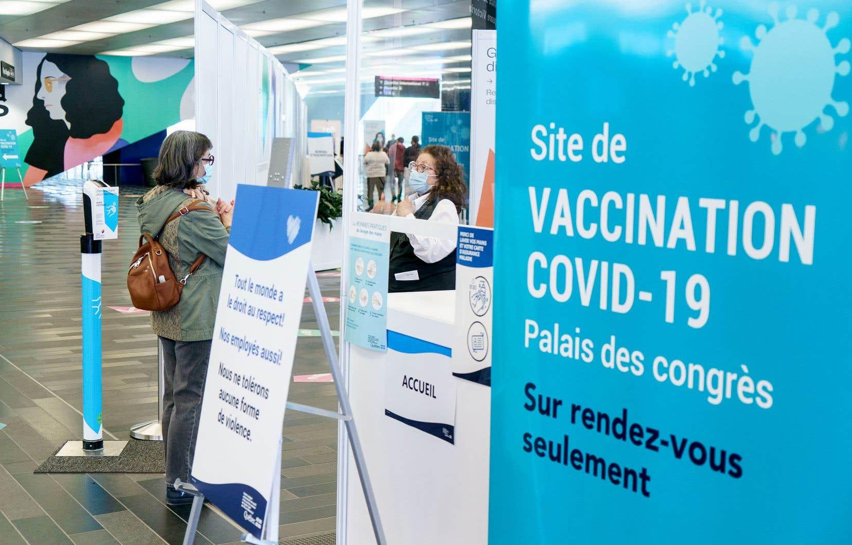 La décision de fixer l'âge d'admissibilité à 45 ans se base sur l'analyse du Comité sur l'immunisation du Québec.
