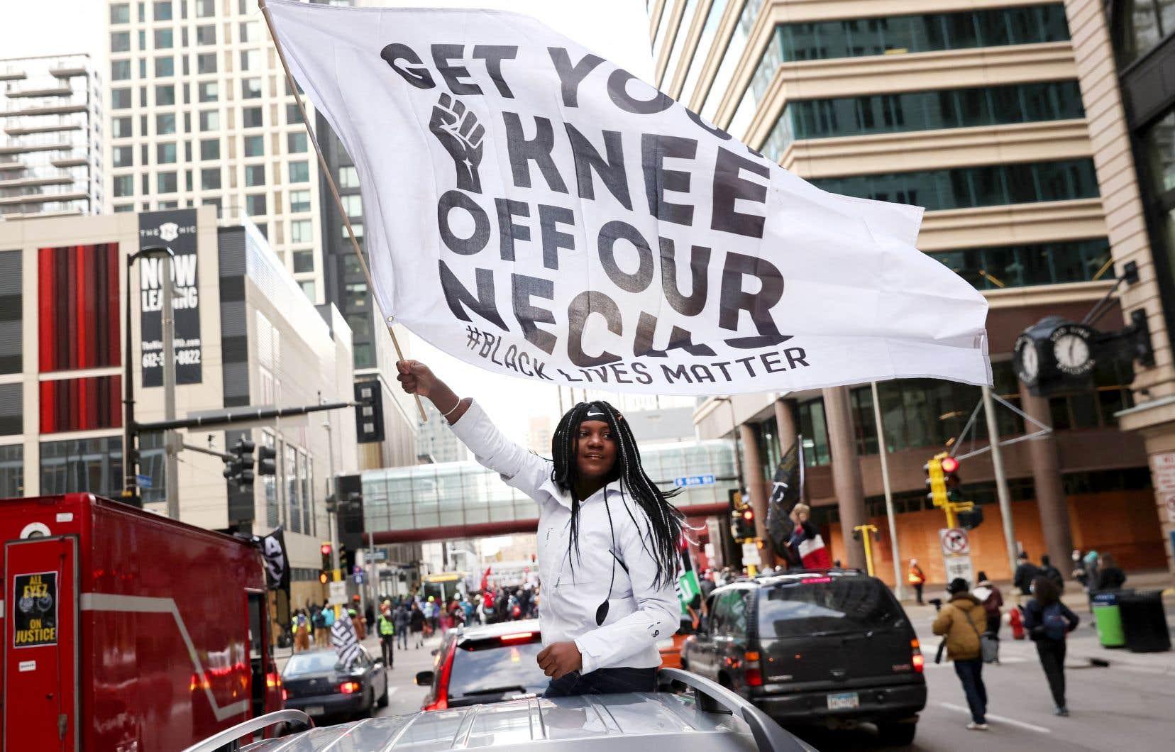 La foule était électrisée à Minneapolis après la lecture du verdict de Derek Chauvin. Un peu partout aux États-Unis, des manifestants se sont rassemblés en l'honneur de George Floyd mardi.