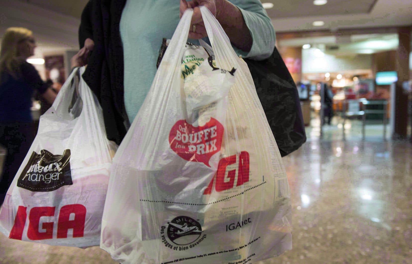 En 2018, Montréal devenait la première grande ville canadienne à bannir les sacs de plastique de moins de 50 microns, soit les sacs minces.