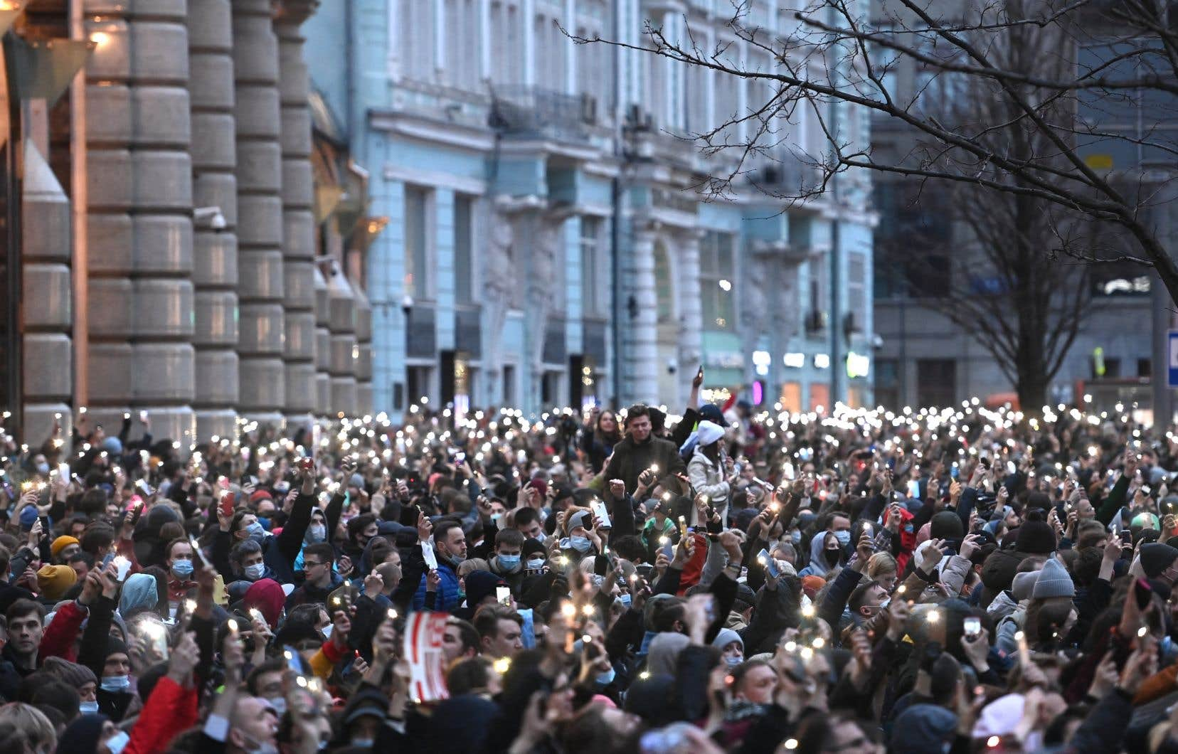 Des milliers de personnes ont défié l'interdiction de rassemblement, notamment à Moscou et Saint-Pétersbourg où des foules importantes se sont réunies.