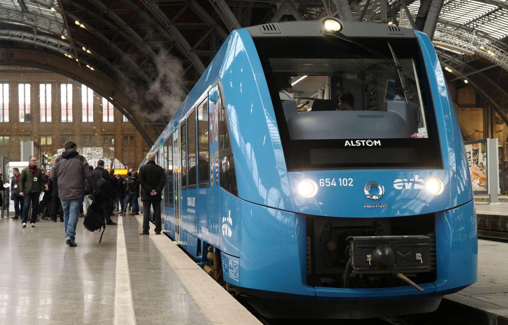 En Europe, des trains, des camions et des autobus roulent déjà à l'hydrogène. Ici, des passagers montent dans un train alimenté par une pile à hydrogène à la gare de Leipzig, en Allemagne.