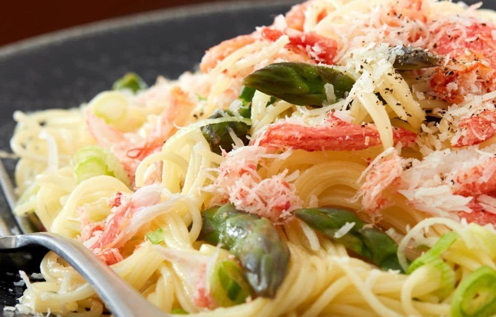 Si on veut cuisinier la chair de crabe, pourquoi ne pas la servir dans des pâtes avec des asperges!