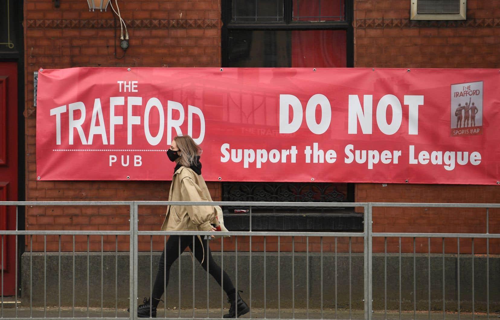 Hier, une banderole anti-Super Ligue était affichée aux abords du Old Trafford, le stade de Manchester United.