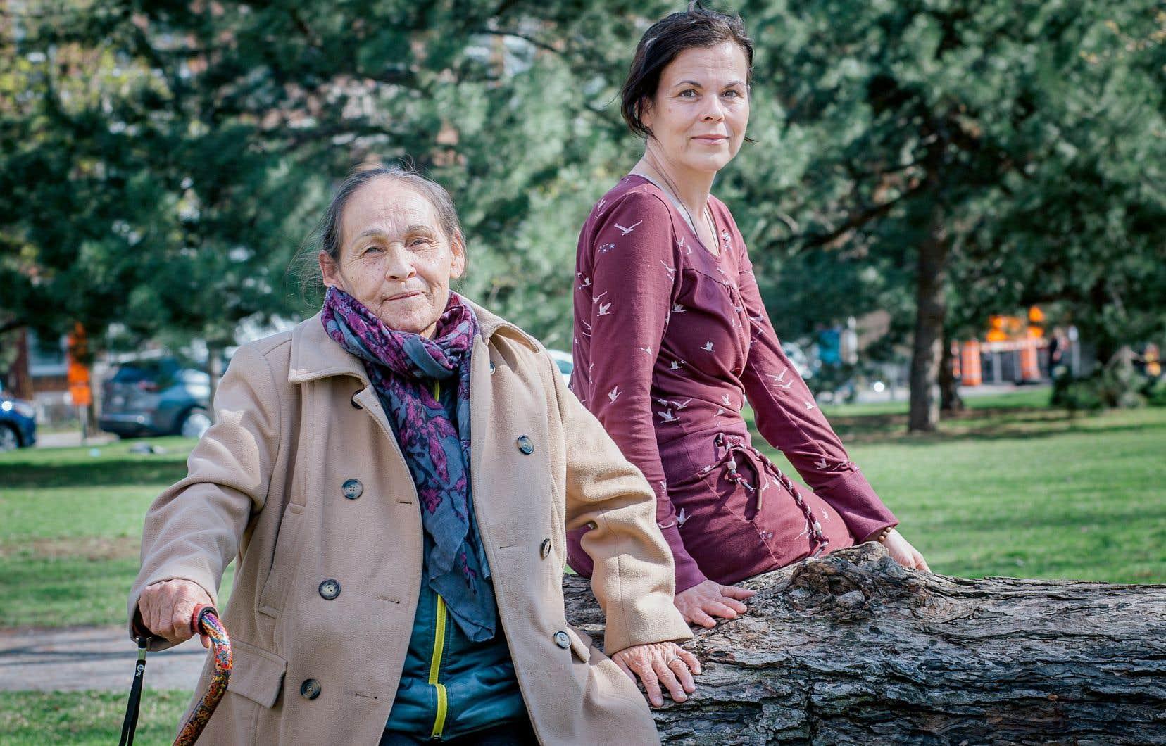 À l'invitation de l'Institut Tshakapesh, organisme qui travaille à la préservation de la langue et de la culture innues, Joséphine Bacon et Laura Morali sont allées en 2016 et en 2017 à la rencontre de la jeunesse des dix communautés innues du Québec, avec l'espoir d'alimenter la fierté chez leurs jeunes.