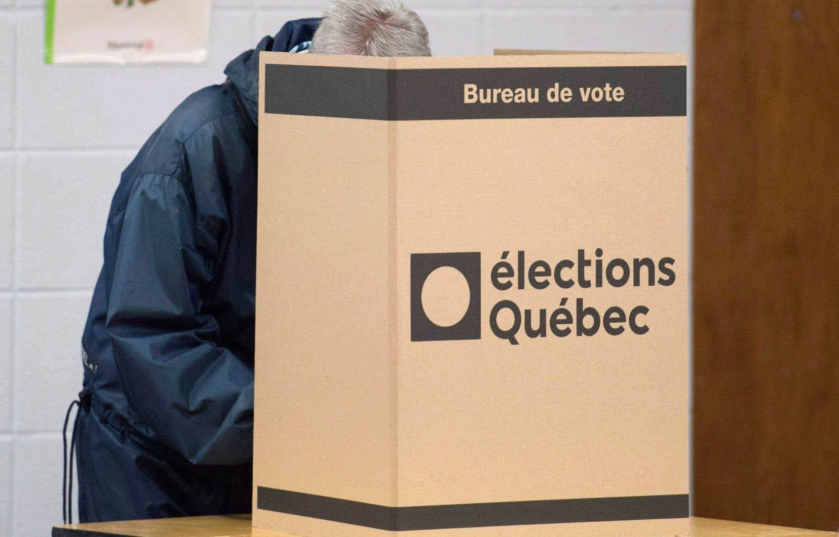 «Dans notre système électoral actuel, un libéral à Matane et un péquiste à Saint-Laurent sentent que leur vote ne sert à rien. De même pour ceux qui votent pour de plus petits partis», soulignent les auteurs.