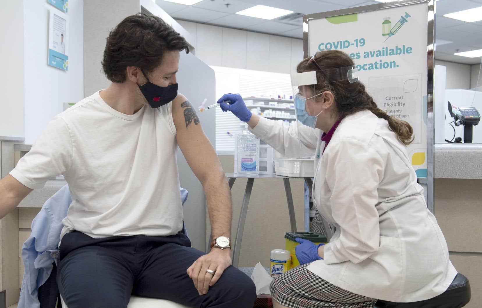 Le premier ministre Justin Trudeau a reçu sa première dose du vaccin d'AstraZeneca, vendredi, dans une pharmacie d'Ottawa.
