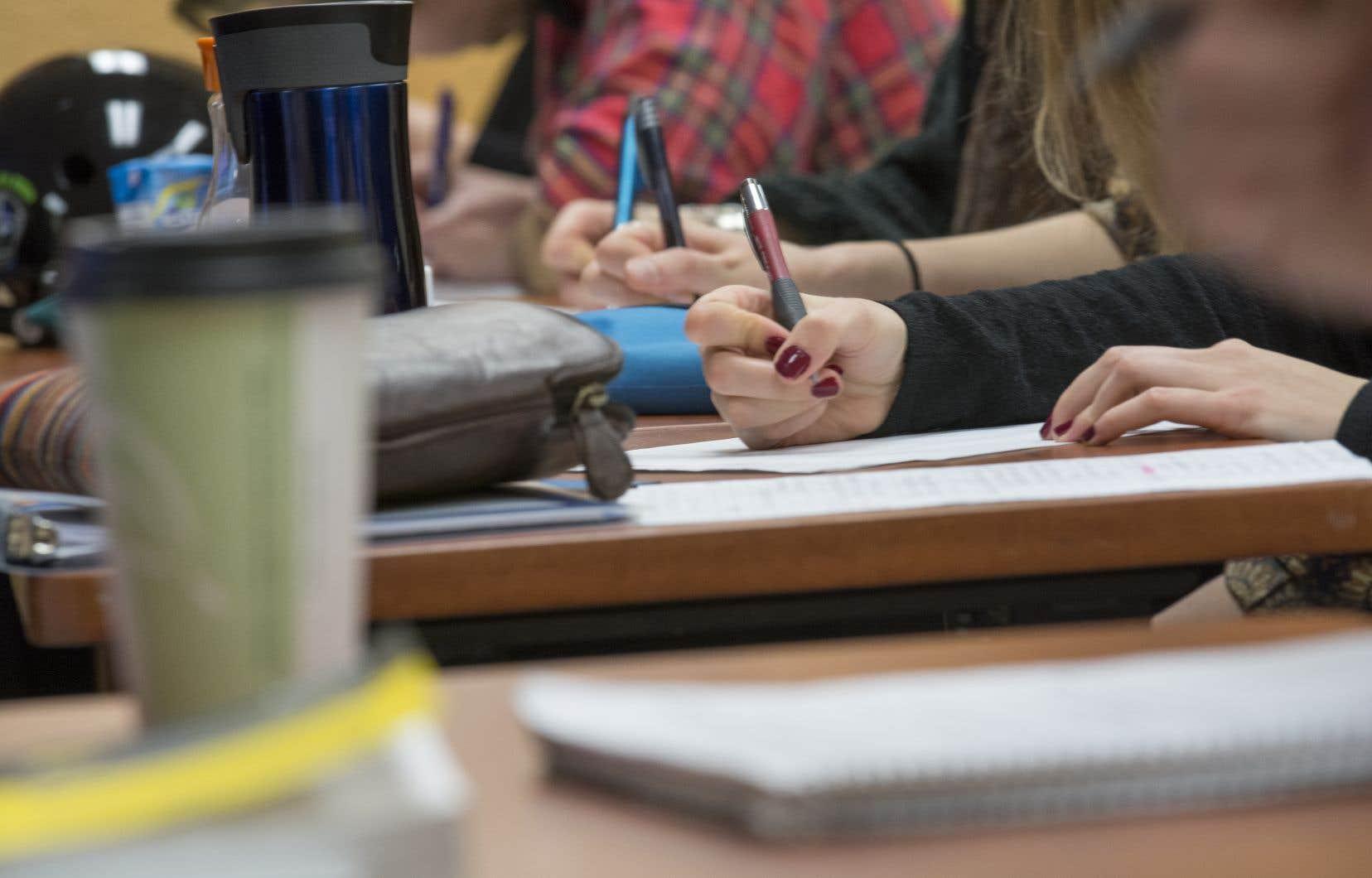 «Attendre plus longtemps la signature du programme ne pourrait que provoquer des retards indus et préjudiciables à nos étudiantes et à nos étudiants ainsi que de l'incertitude chez les enseignants et les enseignantes dans un contexte déjà difficile», estime les signataires.