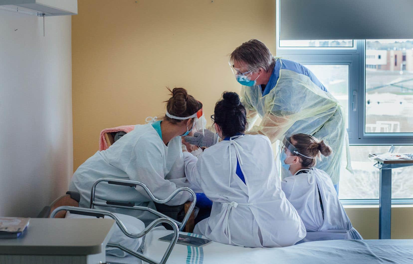 D'ici 2028, quelque 15000 infirmières auxiliaires devront être recrutées pour répondre aux besoins des hôpitaux, des CHSLD et des nouvelles installations comme les maisons des aînés, estime le ministère de la Santé et des Services sociaux dans ses projections.