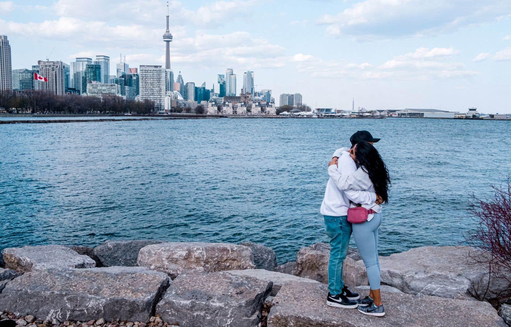 Si ce n'était les tramways plus vides qu'à l'habitude, les tours de bureaux vacantes, ou les restaurants et les écoles fermés, à Toronto, on pourrait croire que la vie suit son cours de manière à peu près normale, quoique très ralentie.