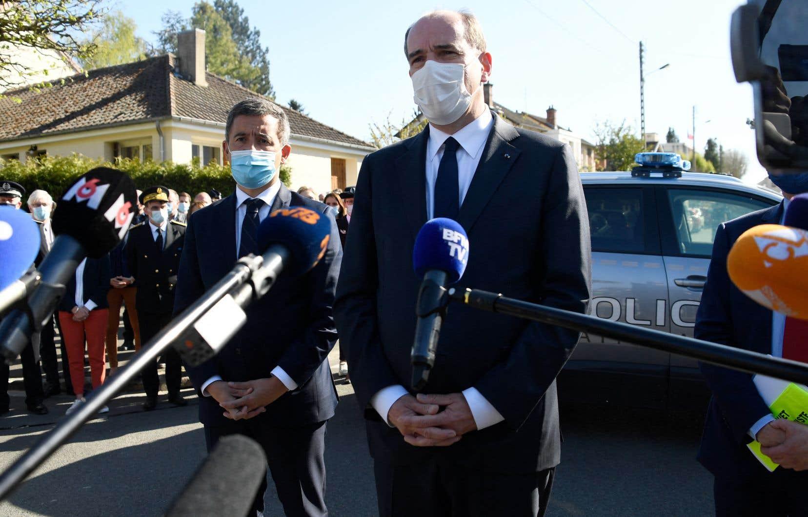 Le ministre de l'Intérieur, Gérald Darmanin, et le premier ministre, Jean Castex, se sont rendus à Rambouillet vendredi. On les voit ici près du commissariat où s'est déroulée l'attaque.