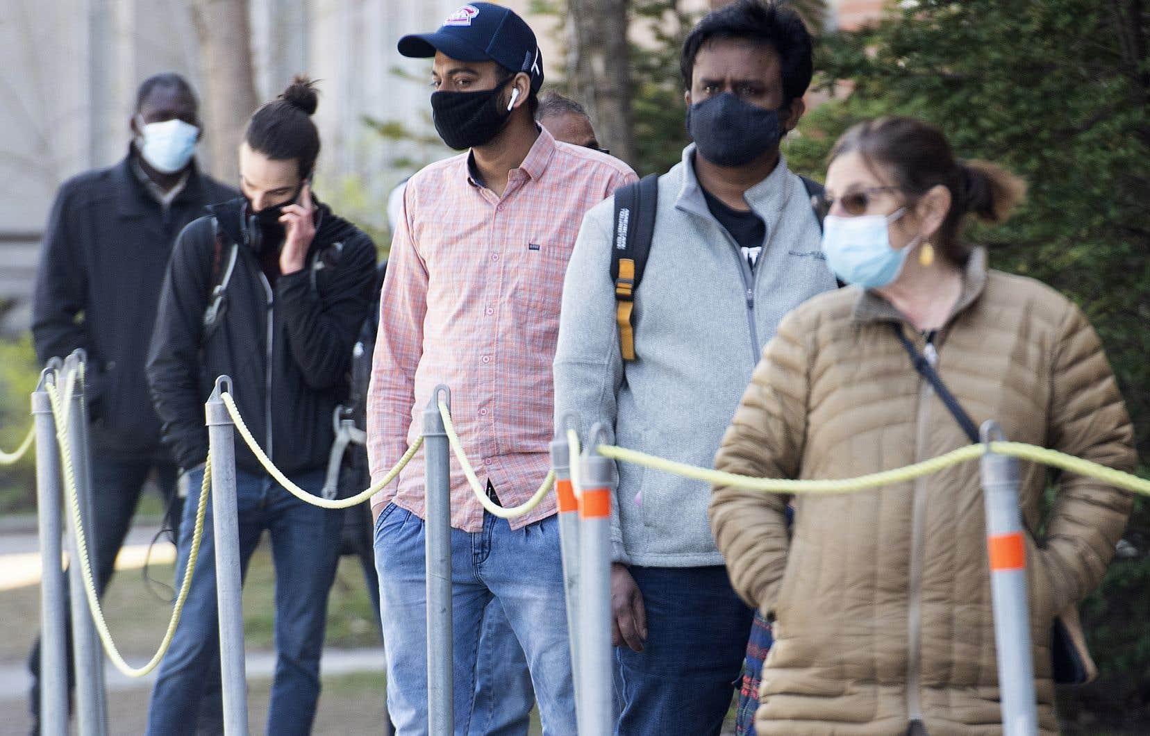 Une file d'attente devant une clinique de dépistage de la COVID-19, à Montréal
