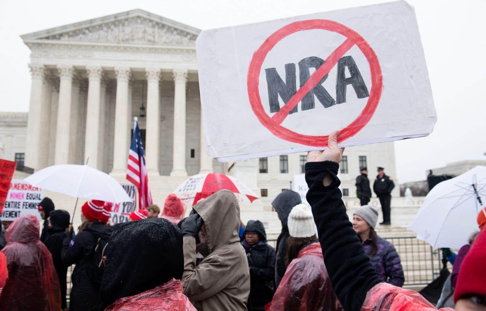 La Cour suprême des États-Unis se penchera à l'automne sur une loi new-yorkaise contestée par la branche locale de la National Rifle Association (NRA) et deux propriétaires d'armes. Sur la photo, une manifestation contre les violences par les armes à feu, face au bâtiment de la Cour suprême, en 2019.