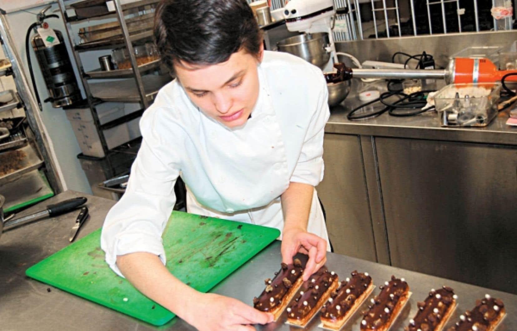 Naomi Wahl, de l'hôtel Sofitel, de Montréal a revisité le millefeuille à partir d'une pâte feuilletée inversée caramélisée.<br />