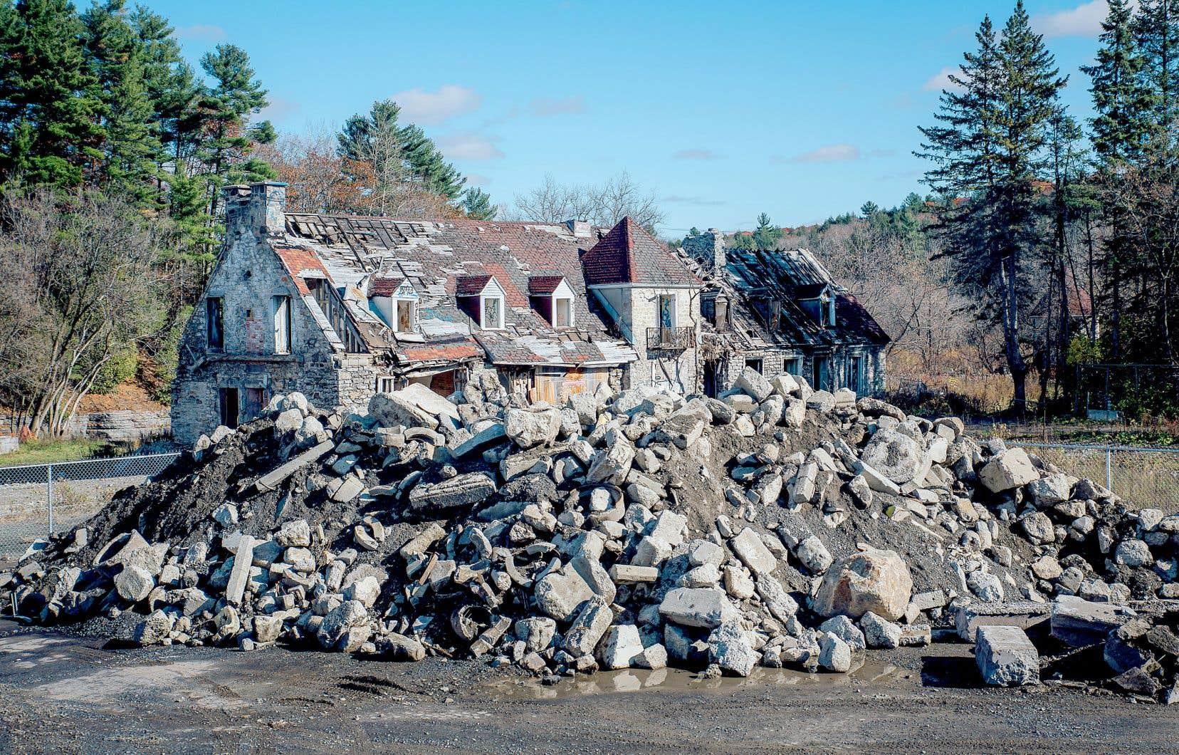 Les autrices citent en exemple le manoir seigneurial de Mascouche, démoli en 2020, la Ville invoquant son état de dégradation avancé. Un an plus tôt, le conseil municipal souhaitait pourtant citer l'ensemble du domaine.
