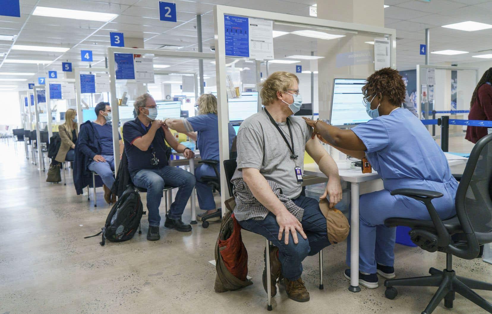 L'entreprise de technologies de simulation CAE a aménagé un centre de vaccination de plus de 1000 m2 (12 000 pi2), dans son siège social, à Montréal, qui permettra de vacciner jusqu'à 1000 personnes par jour.