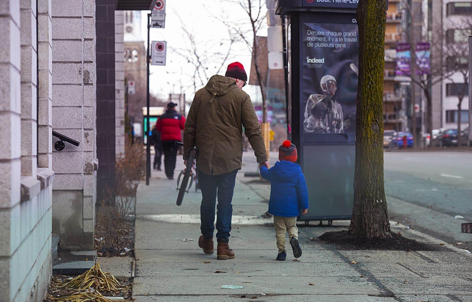 Les pères de famille, longtemps laissés de côté, assument désormais leur parentalité.