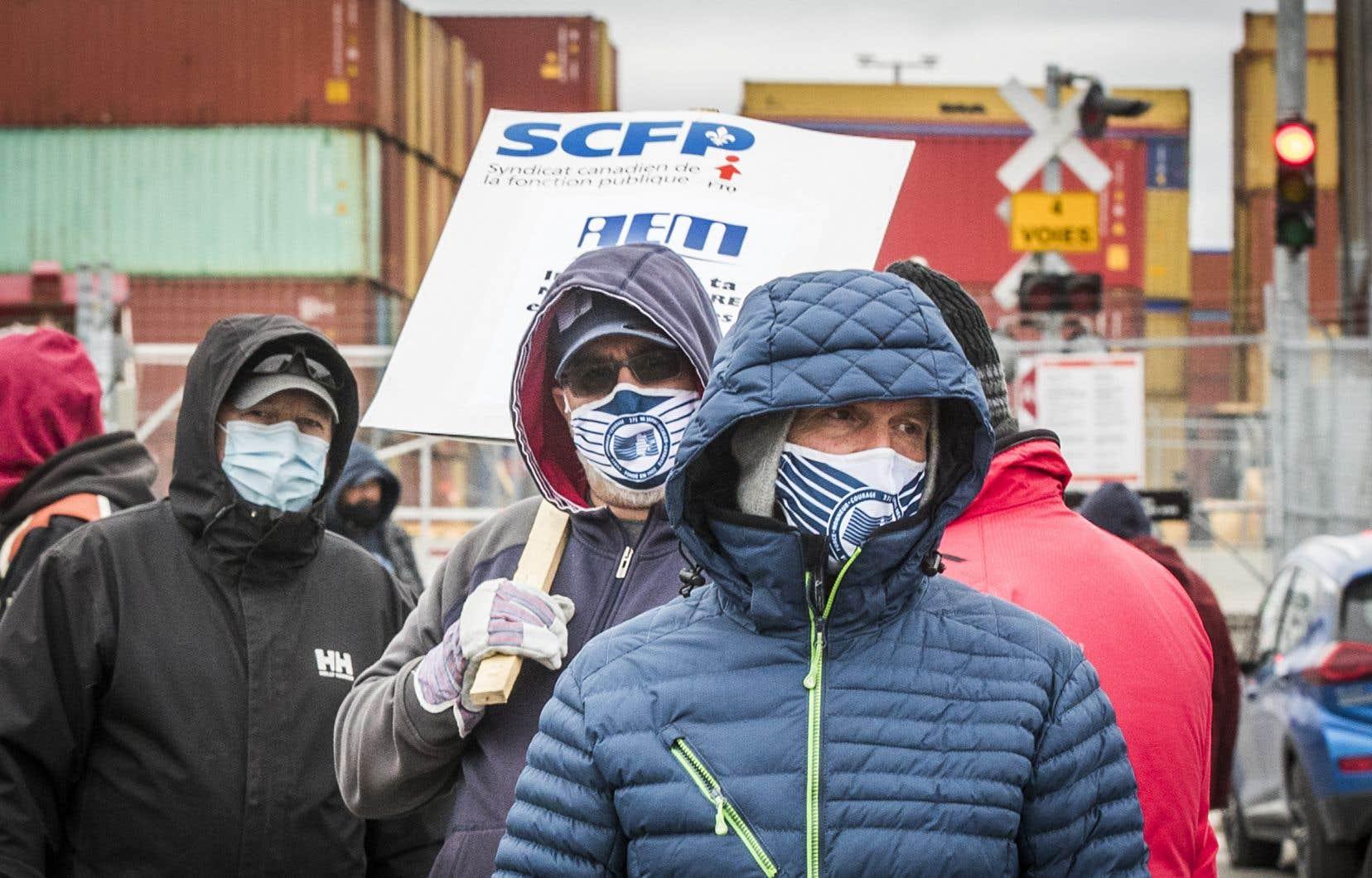 Les débardeurs du Port de Montréal sont en grève générale illimitée depuis lundi matin.