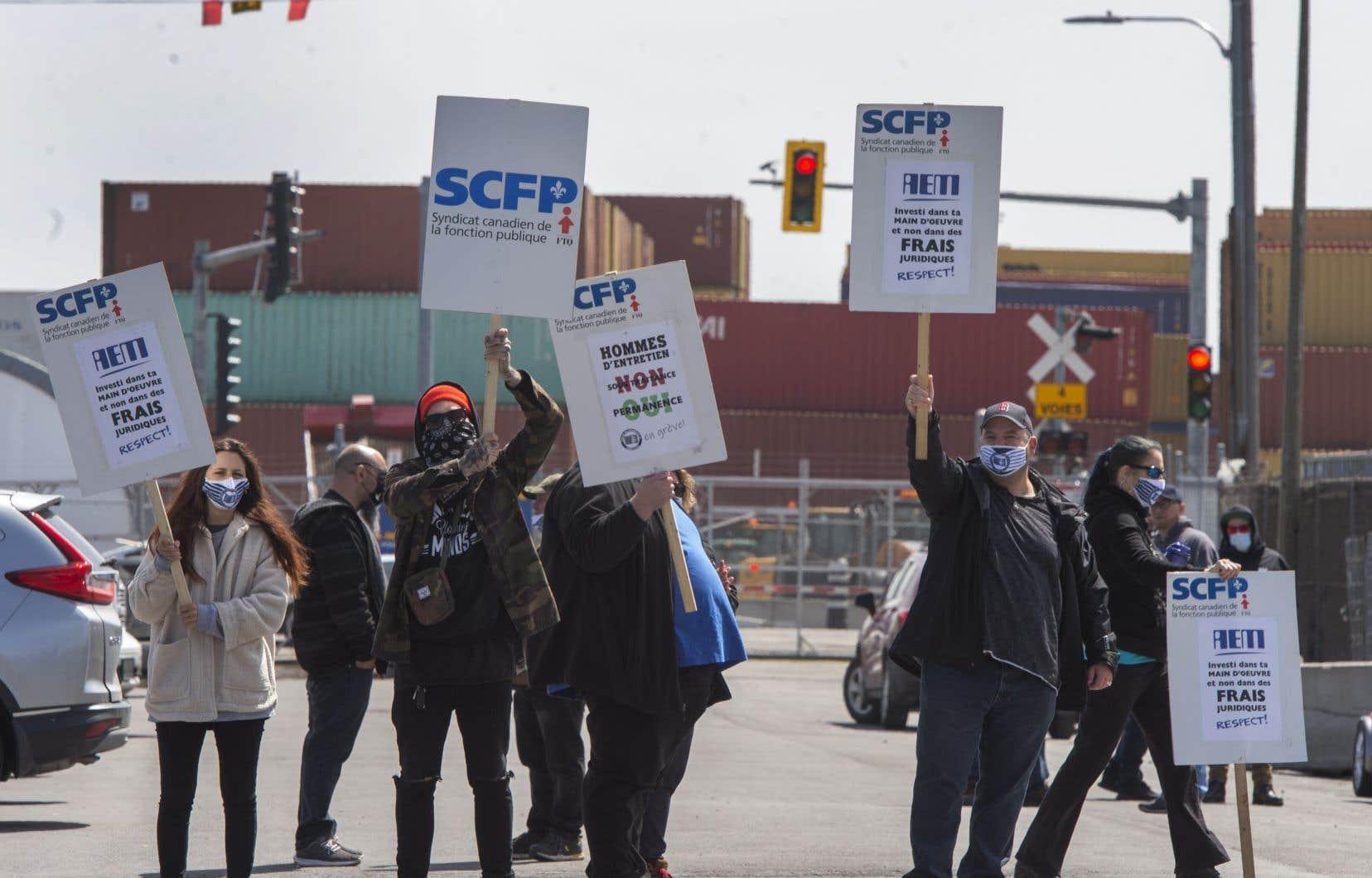 Les travailleurs du Port de Montréal sont sans contrat de travail depuis décembre 2018 et ont commencé à refuser les heures supplémentaires et le travail de fin de semaine plus tôt ce mois-ci.