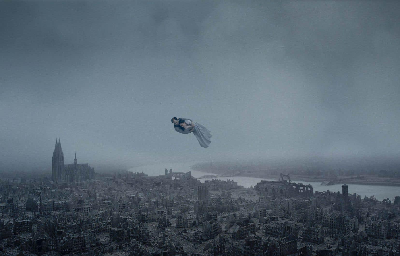 Dans la scène éminemment «chagallienne» de Pour l'éternité, deux amants flottent dans les airs, épargnés par la dévastation qui règne au sol.