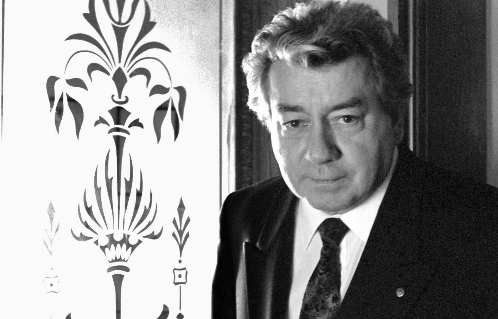 En tant que réalisateur puis chef des services culturels à Radio- Canada, où il a oeuvré durant 34 ans, Jean-Guy Pilon contribua aussi à donner une visibilité aux écrivains.