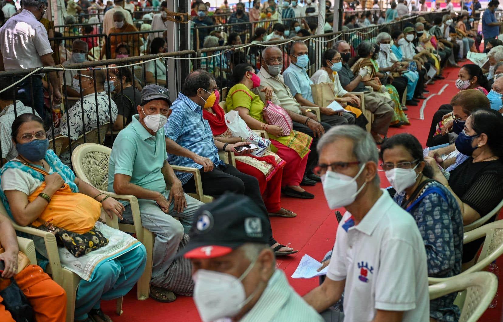De 500 à 600millions d'Indiens  devraient pouvoir commencer à recevoir une première dose du vaccin  à partir de  samedi, étant donné que la campagne de vaccination est ouverte à tous les adultes  au pays.