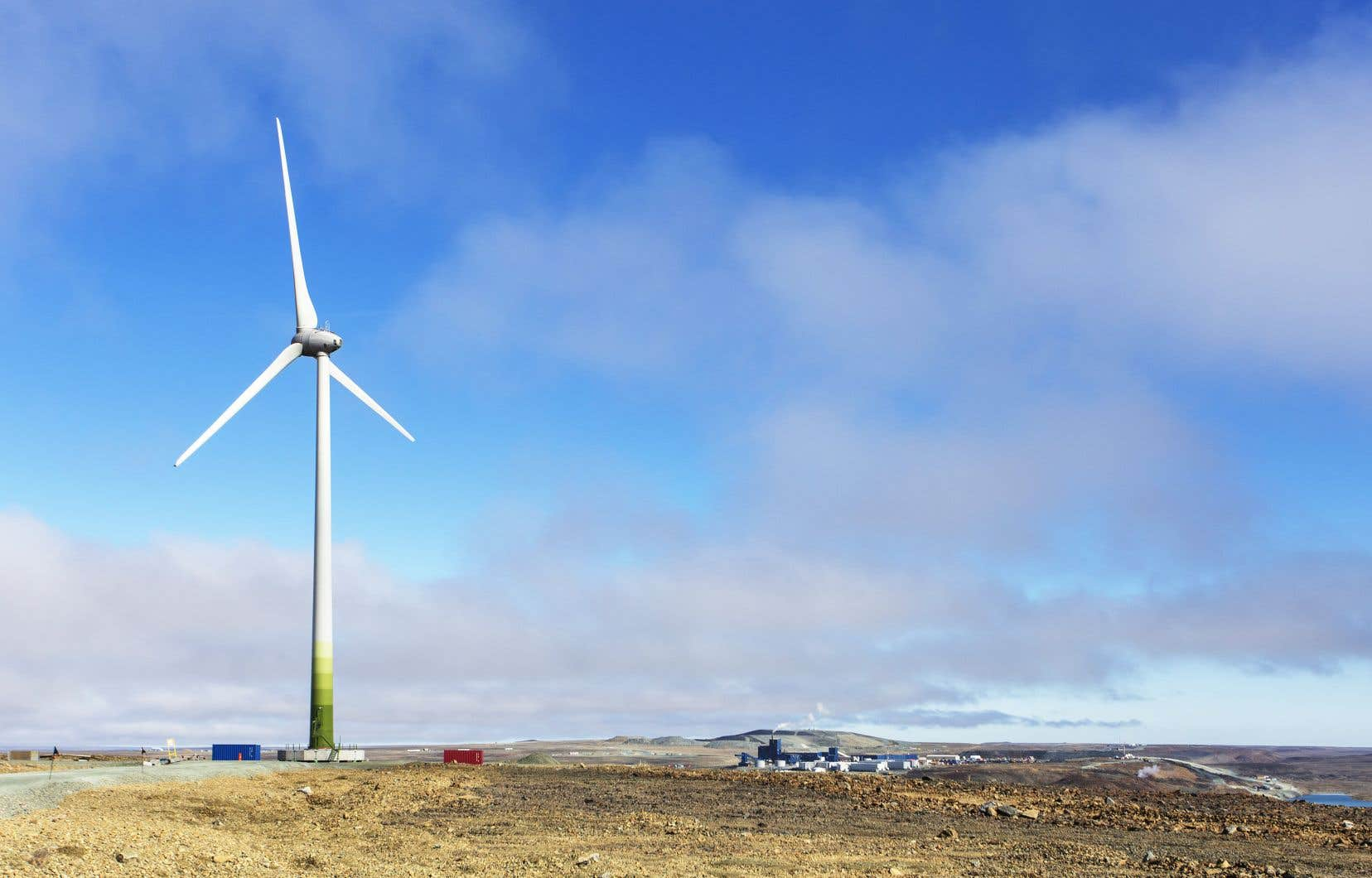 La première éolienne érigée par Mine Raglan dans l'arctique québécois a pavé la voie à une foule d'autres initiatives visant la transition énergétique de l'industrie minière.